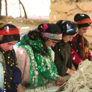 ギャッベを織るカシュカイ族の姉妹